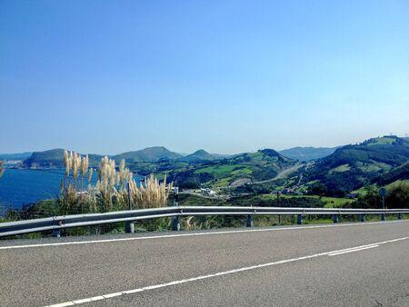 Paisaje de Cantabria con una carretera, a lo largo del Camino de Santiago costero, al norte del Camino de Santiago, España