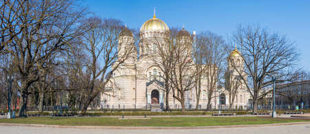 The Nativity of Christ Cathedral in Riga, Latvia. Byzantine-styled Orthodox cathedral, the largest in the Baltic region, with golden colored dome, polished gilded cupolas gleaming through the trees Banco de Imagens