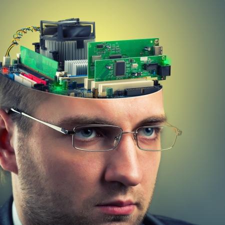 thinking machine: Hombre de negocios confidente con la computadora en la cabeza Foto de archivo