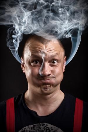 derrumbe: Hombre estresado con agitar el humo de las orejas