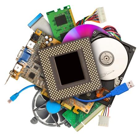 equipos: Mont�n de hardware del ordenador aislado en blanco Foto de archivo