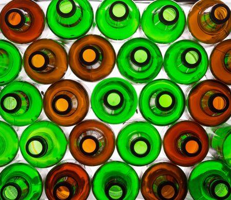 botellas vacias: Antecedentes de muchas botellas de vidrio de colores