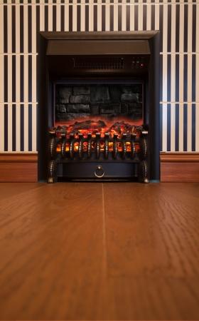 chemin�e gaz: R�tro int�rieur avec chemin�e �lectrique dans le mur Banque d'images