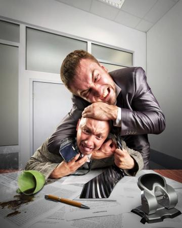 contrato de trabajo: Dos hombres de negocios enojados luchar para firmar acuerdo Foto de archivo