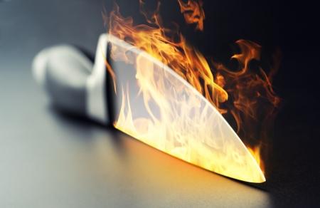cuchillo de cocina: Primer plano de un cuchillo ardiendo cocina profesional