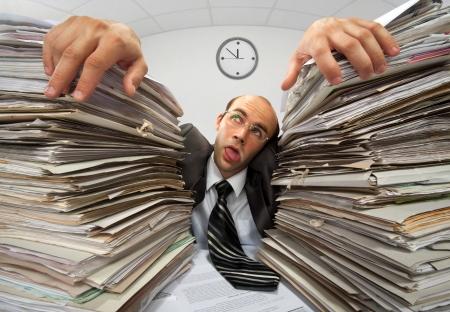 Erschöpft Geschäftsmann hat zu viel von seinen Papierkram musste