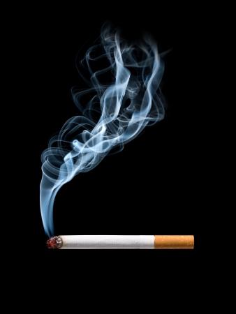 wisp: Close-up van de sigaret op asbak met een sliert van rook. Geïsoleerde
