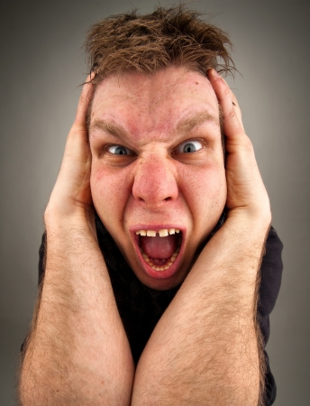 making faces: Ritratto di uomo urlando bizzarro fare le facce