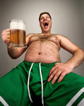 borracho: Retrato de hombre gordo divertido con un vaso de cerveza