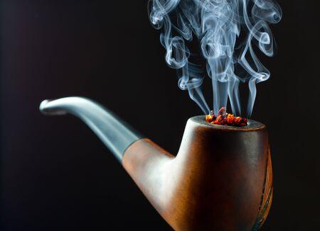 wisp: Pijp roken met prachtige sliertje rook. Closeup oog