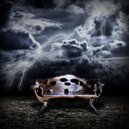 trono: Majestic trono de madera de pie sobre la tierra abandonada durante una tormenta