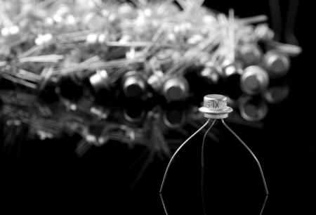 transistor: Concept d'un vieux transistor et de transistors sur fond Banque d'images