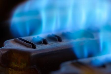 Primer plano de las llamas azules en caldera de gas