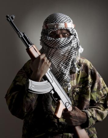 Portrait d'homme grave du Moyen-Orient avec des AK-47 Banque d'images