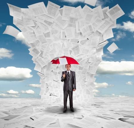 Hombre de negocios serio con los paraguas rojo bajo enorme ola de documentos