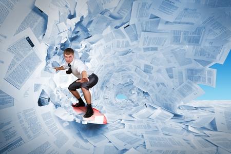 burocracia: Surfer confiante montando o barril de documentos onda