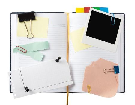 Ouvrez agenda d'affaires avec des papiers découpés. Isolé sur fond blanc