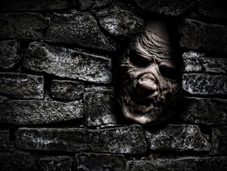 Horror monster die uit van gat in de muur