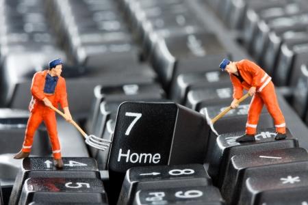 Kleine Figuren von Arbeitern Reparatur Computer-Tastatur