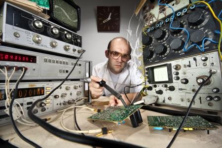 uitvinder: Funny nerd wetenschapper solderen op vintage technologische laboratorium