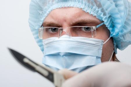 surgical: Retrato del cirujano serio con bisturí Foto de archivo