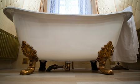 Vintage Badkamer Spiegel : Luxe vintage spiegel met gouden frame op de muur. geïsoleerd binnen