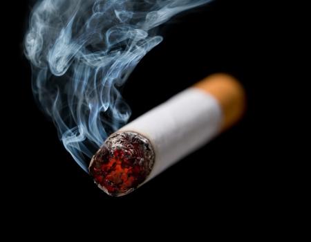 wisp: Close-up van sigaret met sliert van rook