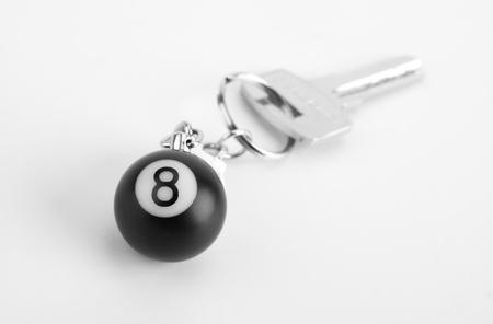 bola de billar: Primer plano de la pequeña 8-ball en el llavero