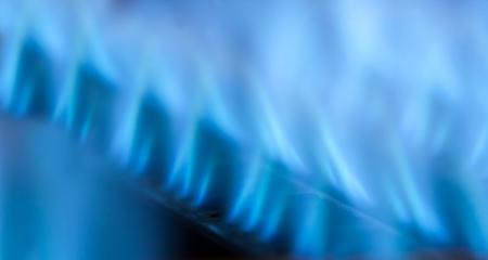Vue rapprochée de flammes bleues de la chaudière à gaz Banque d'images