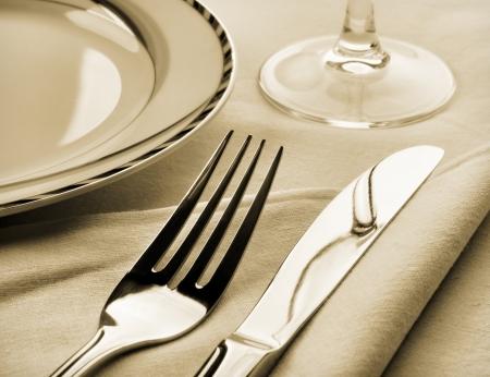 legen: Dinner-Set. Gabel und Messer auf Serviette. Sepia get�nten Lizenzfreie Bilder