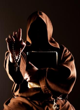 sotana: Retrato del monje misterio predicación con un rosario de madera y la biblia