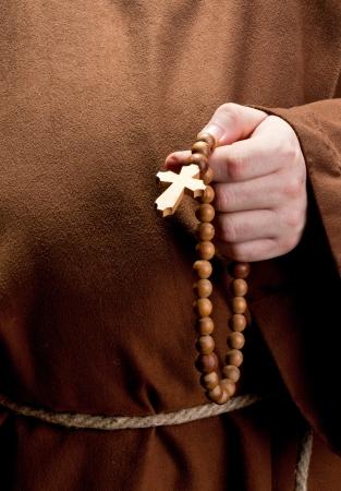 toog: Close-up van monnik hand die houten rozenkrans