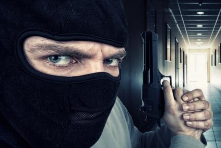 Primer plano de penal grave armado con pistola