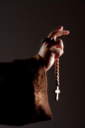 monjes: Predicando mano monje medieval con un rosario de madera