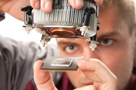 ingeniero: Computer ingeniero de soporte t�cnico de instalar el procesador Foto de archivo