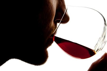 Silhouette des Menschen Verkostung Alkohol. Isoliert auf weißem Standard-Bild