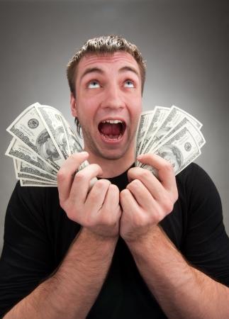 Retrato de hombre muy emocionada con el dinero