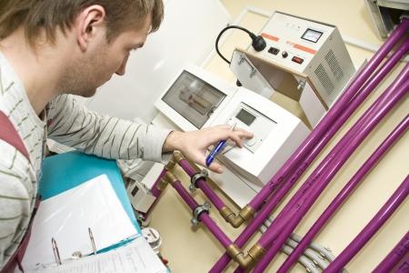 Tecnico al lavoro. Sistemi di acqua & del Riscaldamento