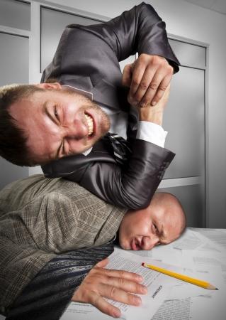 peleaba: Dos hombres de negocios enojados que luchan en la oficina