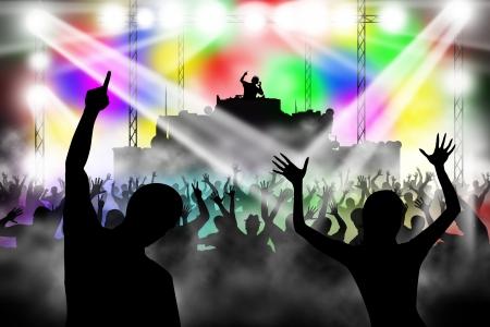 Menschen tanzen in Nachtclub. DJ-Musik