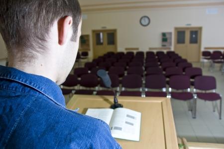 Speaker bei der Arbeit und leeren Zuschauerraum
