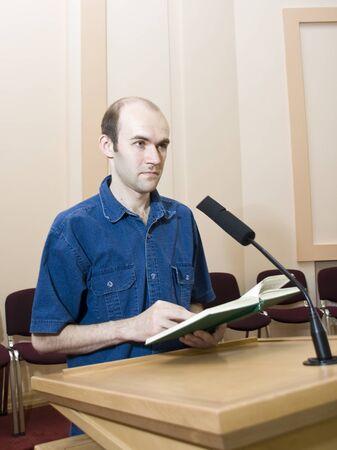 Referent bei Arbeiten in der Nähe des Mikrofons