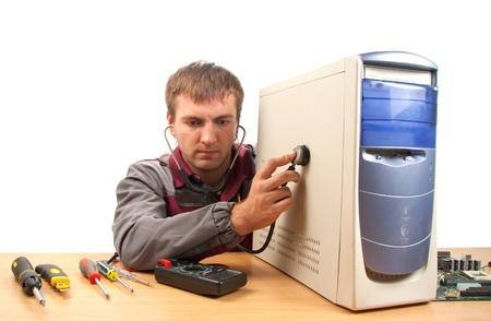 repairing: Computer ingeniero de soporte t�cnico. Aislados en blanco