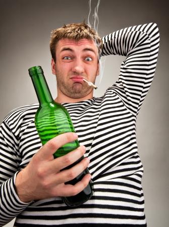Пьяный моряк странные с бутылкой и сигаретой Фотография, картинки ...