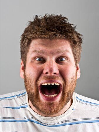 Retrato de un hombre enojado gritando feo Foto de archivo