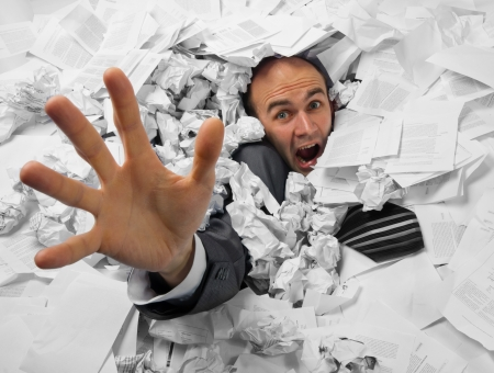 oficina desordenada: Hombre de negocios que se hunde en el montón de documentos y pedir ayuda
