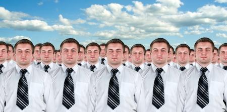pessoas: Muitos empresários idênticos clones. Conceito de produção empresário