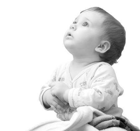 fede: Bambina con le mani giunte insieme e guardare. Isolati su bianco