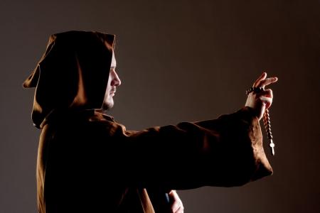 monjes: Retrato de la predicaci�n monje medieval con un rosario de madera