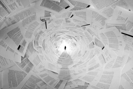 apilar: Silueta del hombre de negocios en el extremo del túnel documentos